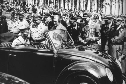 Adolf-Hitler-Erster-VW-Kaefer-2-