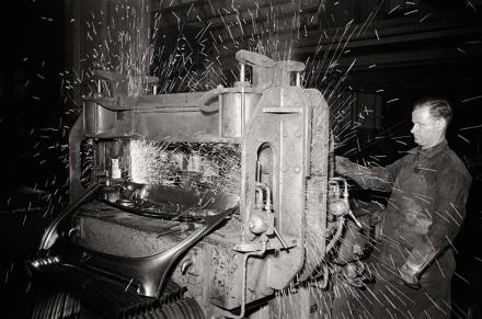 Der Rahmen einer Windschutzscheibe wird mit der Armaturentafel verschweißt. | © Bildarchiv Schroedter/Delius Klasing Verlag