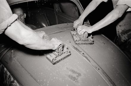 Die grundierte Karosserie wird poliert, um Unebenheiten zu beseitigen, die sich später im Lack abzeichnen würden. | © Bildarchiv Schroedter/Delius Klasing Verlag