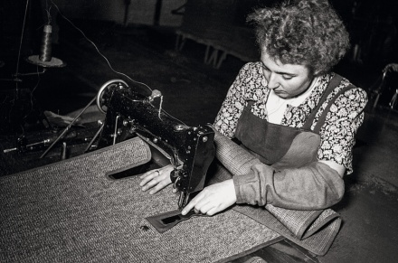 Ausschließlich für die exportierten VW Käfer wurden Beläge für die Bodenplatten genäht – im Standardmodell lagen Gummimatten im Fußraum. | © Bildarchiv Schroedter/Delius Klasing Verlag