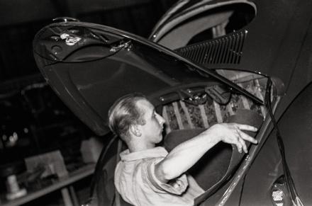Ein Arbeiter befestigt das Dämmschutzvlies an der Wand zwischen Motor- und Passagierraum. | © Bildarchiv Schroedter/Delius Klasing Verlag