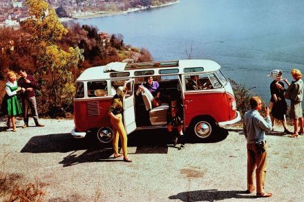 1962 wird der 1.000.000 Transporter fertig gestellt ein rot-weißer Samba-Bus, der sofort in das zu diesen Zwecken gestiftete Volkswagen-Museum in Wolfsburg rollt.