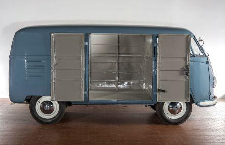 Offen für viele Beziehungen. Unzählige Varianten machten den Bulli bald zum Liebling im Transportwesen.