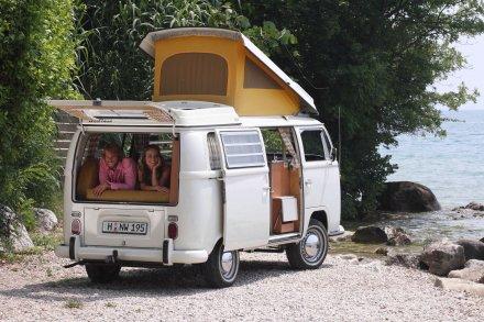 Der Transporter bildet von Anfang an eine ideale Basis für Reisemobile. Beliebt sind die Modelle mit Aufstelldach.