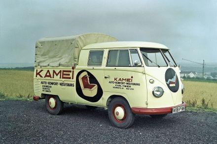 1958 bietet Volkswagen erstmals die Doppelkabine ab Werk an.