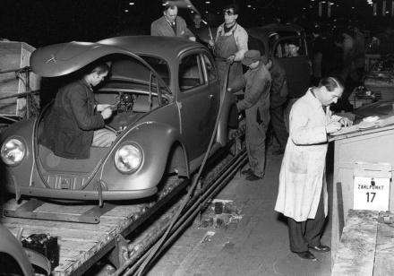 Serienproduktion der Volkswagen Limousine.